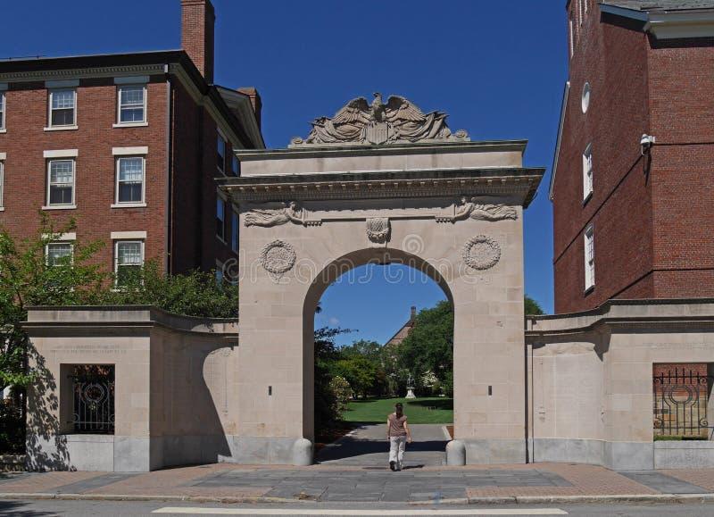 Brown University, puerta del monumento de los soldados fotografía de archivo