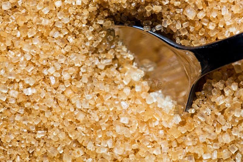 Brown, unrefined cukier i srebna łyżka w nim, zdjęcie stock