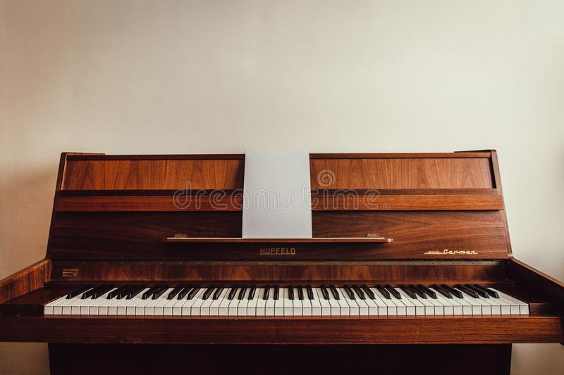Brown Upright Piano fotografie stock libere da diritti