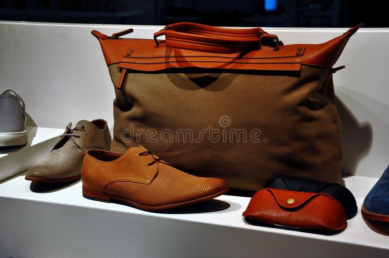Brown-Veloursledertasche und -Lederschuhe stockfotografie