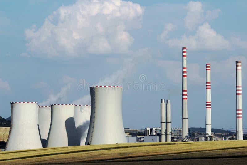 Brown węgla elektrowni stacja w polu fotografia stock