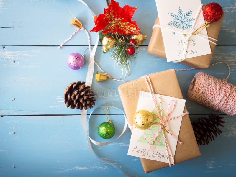 Brown-Weihnachtsgeschenkboxen mit Karte in der Draufsicht stockfotografie