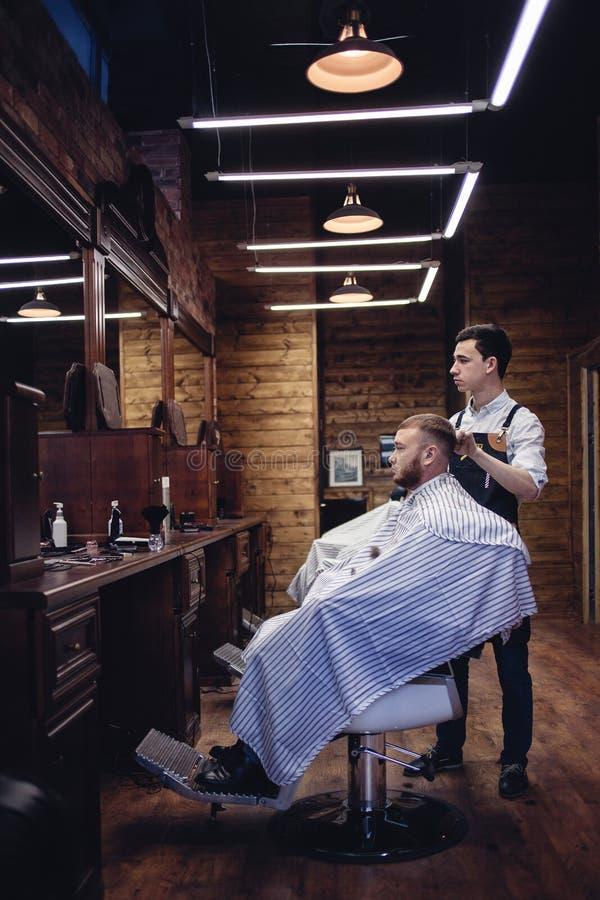 Brown Wewnętrzny zakład fryzjerski z ludźmi Mężczyzny fryzjer zdjęcie stock