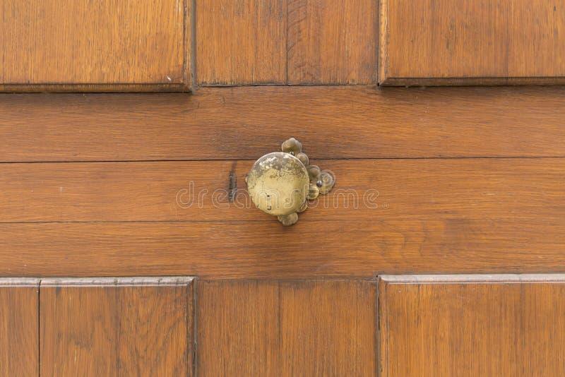 Brown_wooden_door_cross_pattern 图库摄影