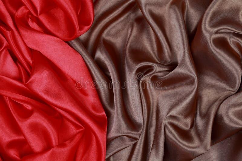 Download Brown Y El Paño De Seda Rojo Del Satén De Dobleces Ondulados Texturizan El Fondo Imagen de archivo - Imagen de arte, drapery: 64204003
