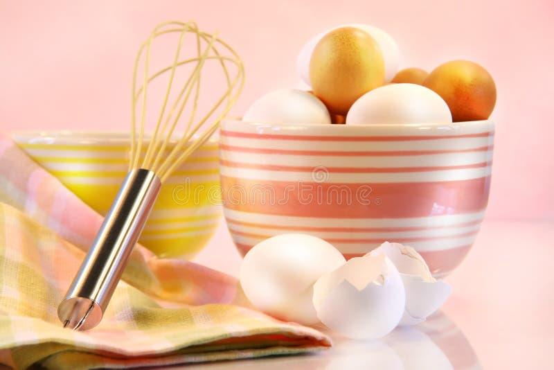 Brown y huevos blancos foto de archivo libre de regalías