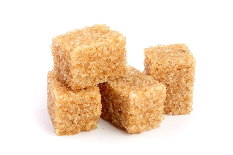 Brown-Zuckerwürfel auf weißem Hintergrund stockbild