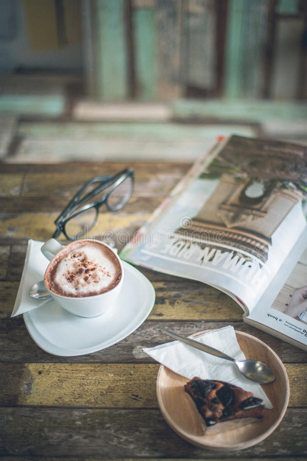 Brownie κέικ, καυτοί καφές και περιοδικό στοκ φωτογραφίες με δικαίωμα ελεύθερης χρήσης