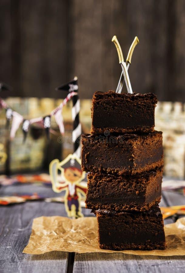 Brownie σοκολάτας Μεταχειρίζεται για τις διακοπές παιδιών ` s Κόμμα πειρατών στοκ εικόνα
