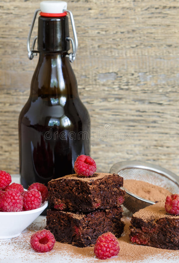 Brownie σοκολάτας με τα σμέουρα και τη σκοτεινή μπύρα στοκ εικόνα με δικαίωμα ελεύθερης χρήσης