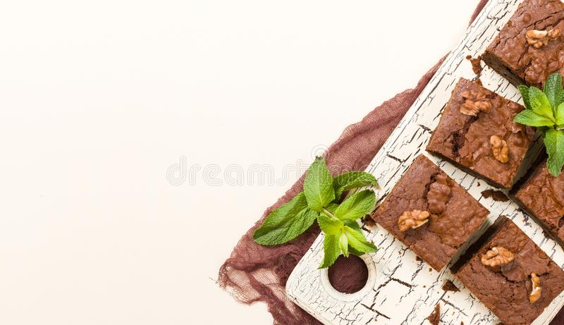 Brownie το επιδόρπιο γλυκιάς σοκολάτας με τα ξύλα καρυδιάς και τα σημαμένα φύλλα στον αναδρομικό πίνακα με το αντίγραφο χωρίζουν  διανυσματική απεικόνιση