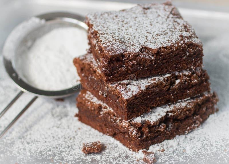brownie Bolos de chocolate com açúcar pulverizado imagem de stock