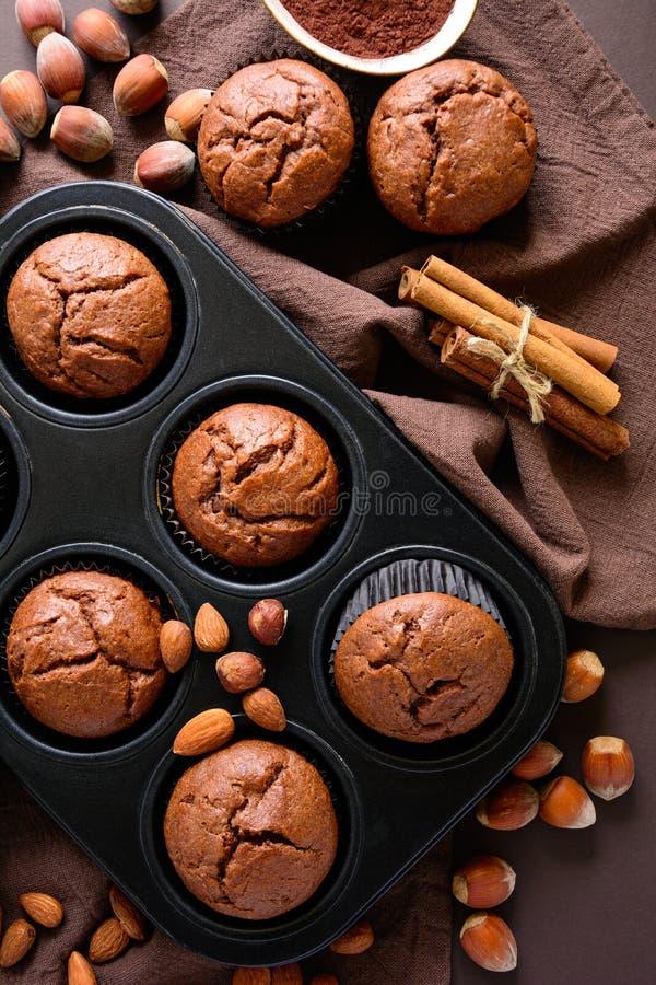 Brownie casalinghi dei muffin del cioccolato con cannella, le mandorle e le nocciole fotografia stock
