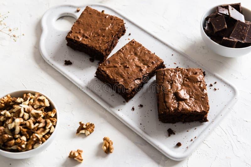 Brownie casalinghi del cioccolato fondente sulla tavola bianca Dolce e fondente amari deliziosi Dolce di cioccolato immagine stock libera da diritti