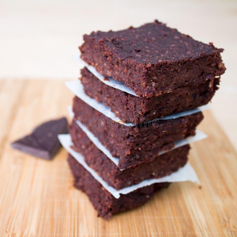 Brownie casalinghi del cioccolato impilati su beige fotografia stock libera da diritti