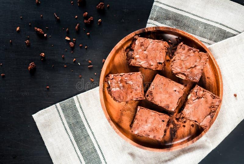 Brownie casalinghi del cioccolato su un primo piano di legno del piatto, vista superiore fotografia stock libera da diritti