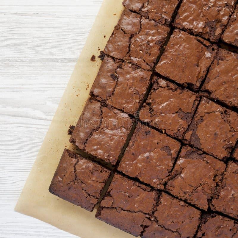 Brownie casalinghi del cioccolato su uno strato bollente, vista superiore Sopraelevato, da sopra, disposizione piana Copi lo spaz immagini stock