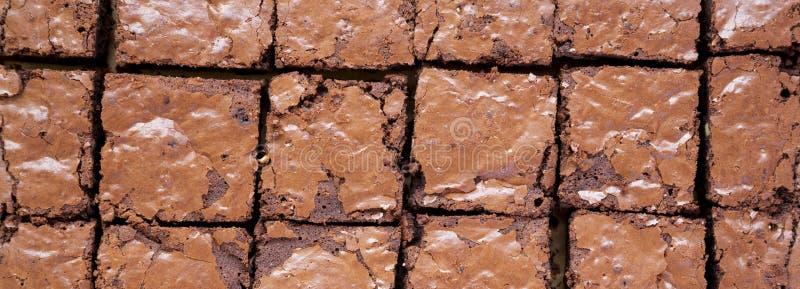 Brownie casalinghi del cioccolato su uno strato bollente, vista superiore Sopraelevato, da sopra, disposizione piana Primo piano immagine stock