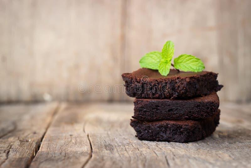 Brownie caseiro servida com caramelo de chocolate Sobremesa doce no fundo de madeira imagem de stock