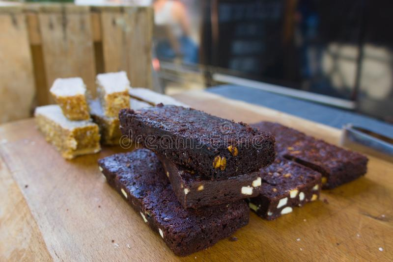 Brownie clássica vendida na feira da rua fotografia de stock