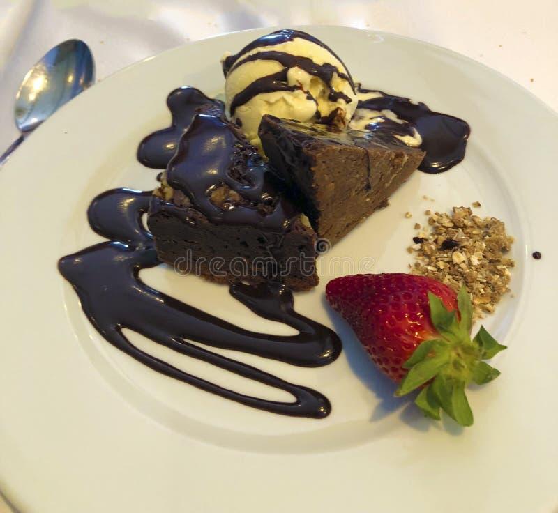 Brownie con il gelato immagine stock