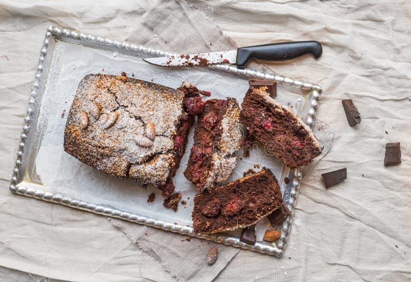 A brownie da cereja com amêndoa e chocolate escuro cortou em partes sobre fotos de stock royalty free