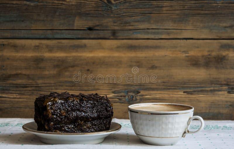 'brownie' de chocolat d'un plat blanc photos stock