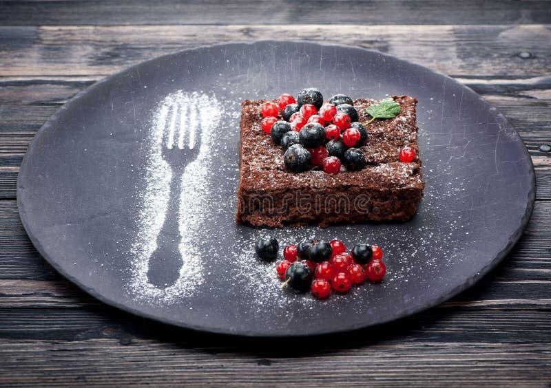 'brownie' de gâteau de chocolat avec des baies d'été photos libres de droits