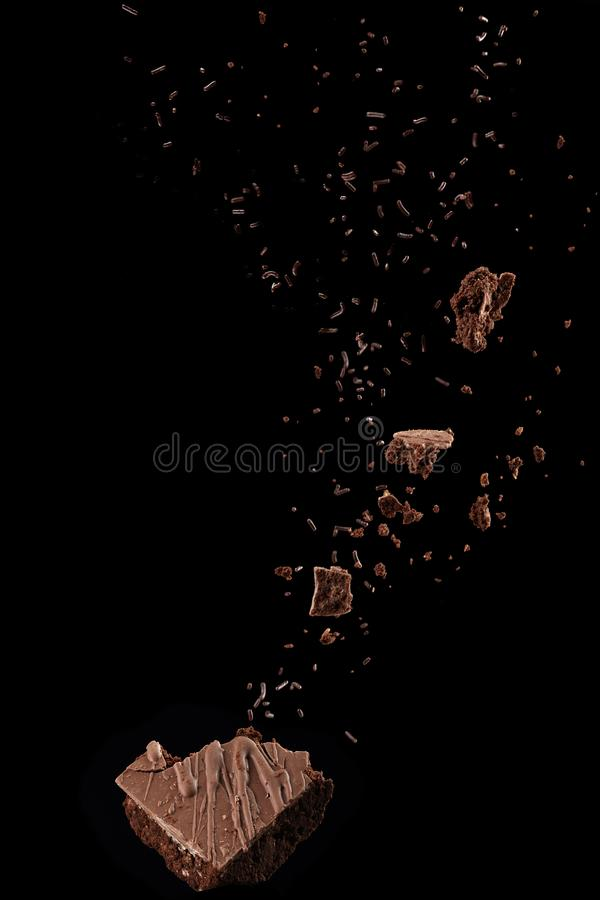 Brownie del chocolate con salpicar de las migajas fotografía de archivo