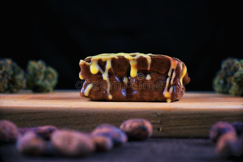 Brownie del chocolate de la mala hierba foto de archivo libre de regalías