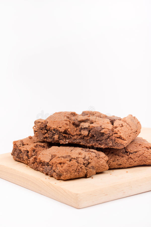 Brownie del chocolate sobre el fondo blanco foto de archivo