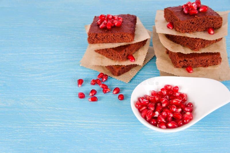 Brownie del cioccolato con granato fotografia stock libera da diritti