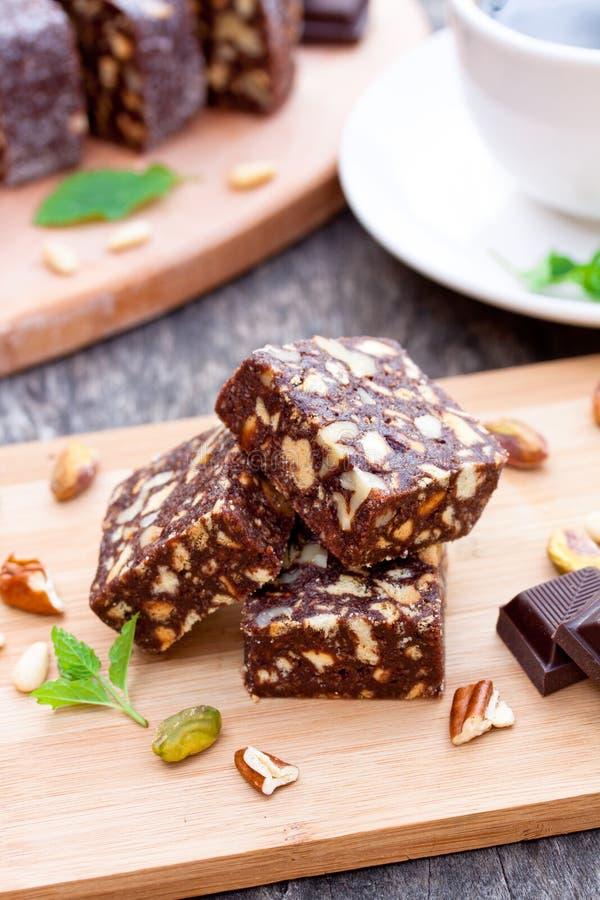 Brownie del cioccolato con i dadi fotografie stock libere da diritti