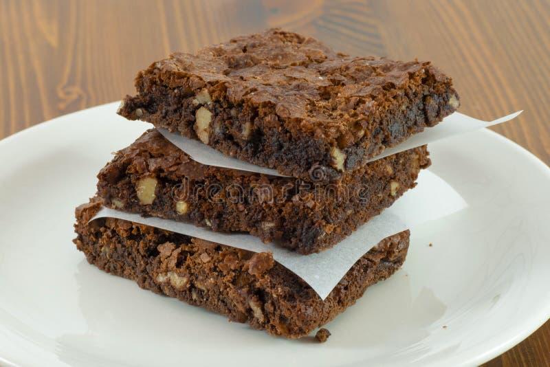 Brownie del cioccolato con la salsa di fusione della cioccolata calda su  fotografie stock libere da diritti