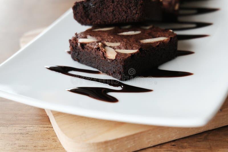 Brownie del cioccolato sul piatto bianco fotografia stock libera da diritti
