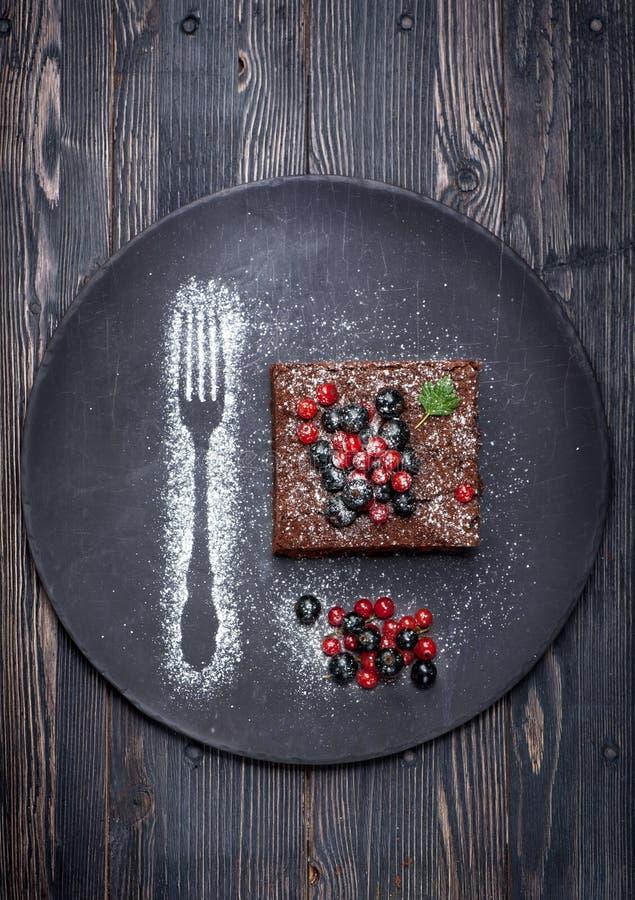 Brownie del dolce di cioccolato con le bacche di estate fotografia stock