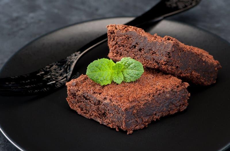Brownie del dolce di cioccolato su una banda nera fotografia stock