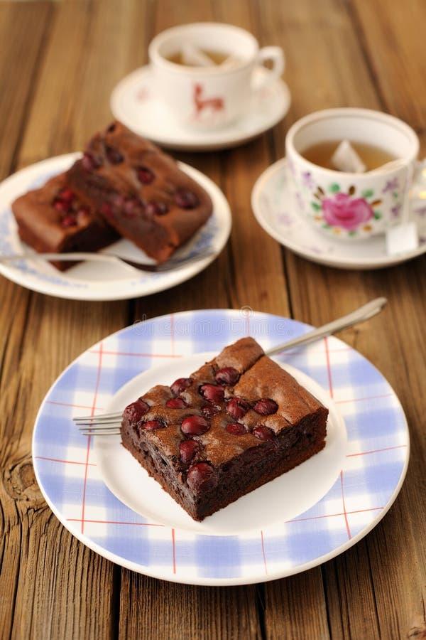 Brownie della ciliegia con tè nero immagine stock