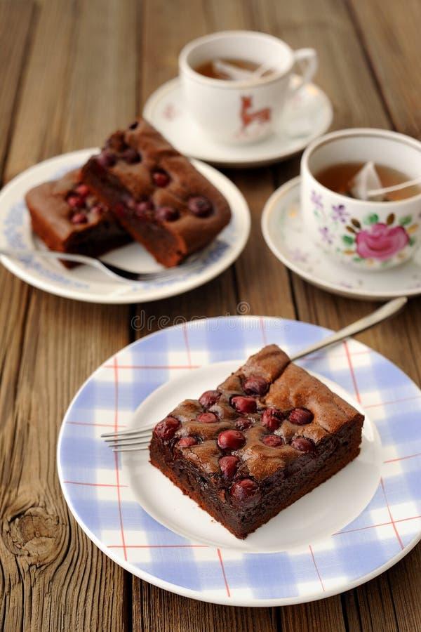 Brownie della ciliegia con tè nero immagini stock