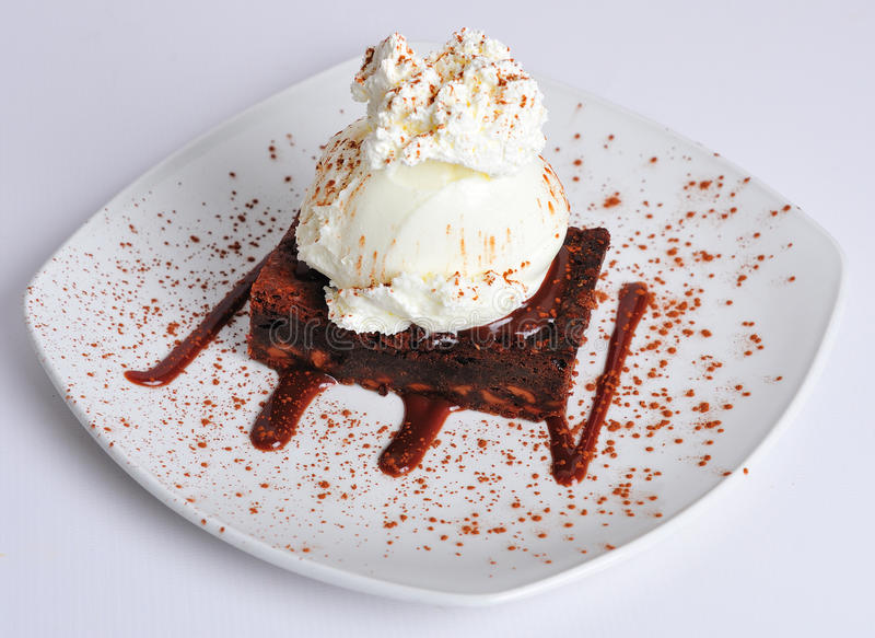 Brownie do chocolate com gelado foto de stock royalty free