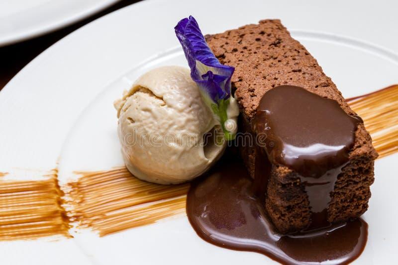 Brownie do chocolate com gelado de baunilha foto de stock royalty free