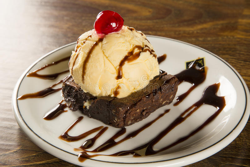 Brownie do chocolate com gelado de baunilha imagem de stock