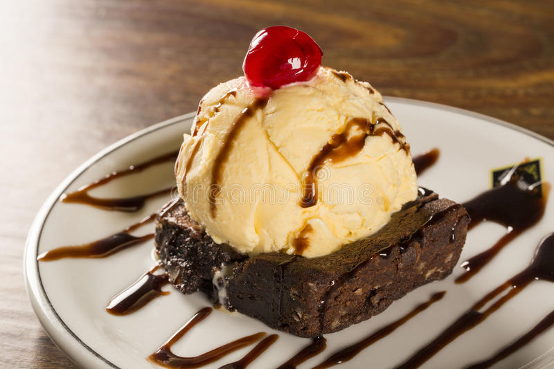 Brownie do chocolate com gelado de baunilha imagem de stock royalty free