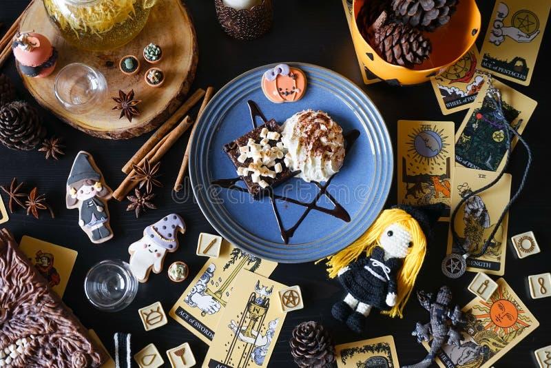 Brownie do chocolate da bruxa Sobremesa de Dia das Bruxas de um bolo de chocolate b fotografia de stock