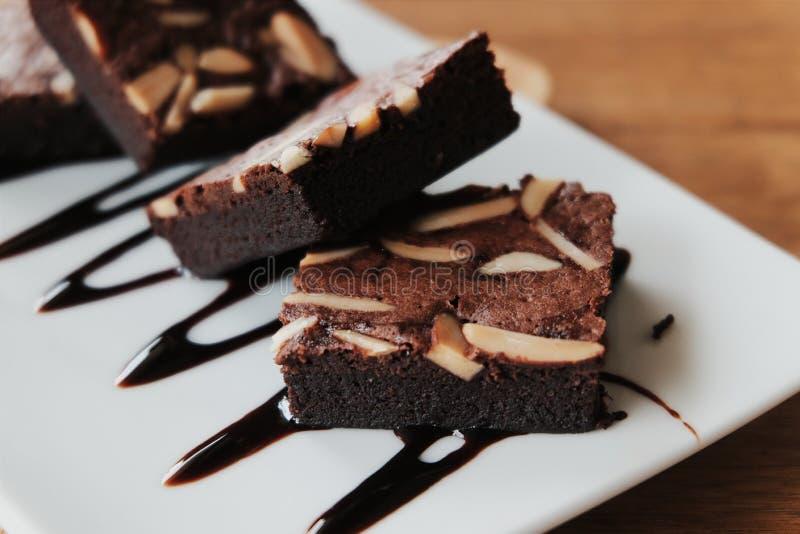 Brownie do chocolate na placa branca fotos de stock