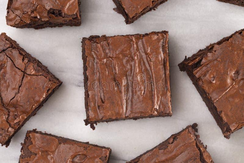 Brownie dobles del chocolate en un contador de mármol imagen de archivo libre de regalías