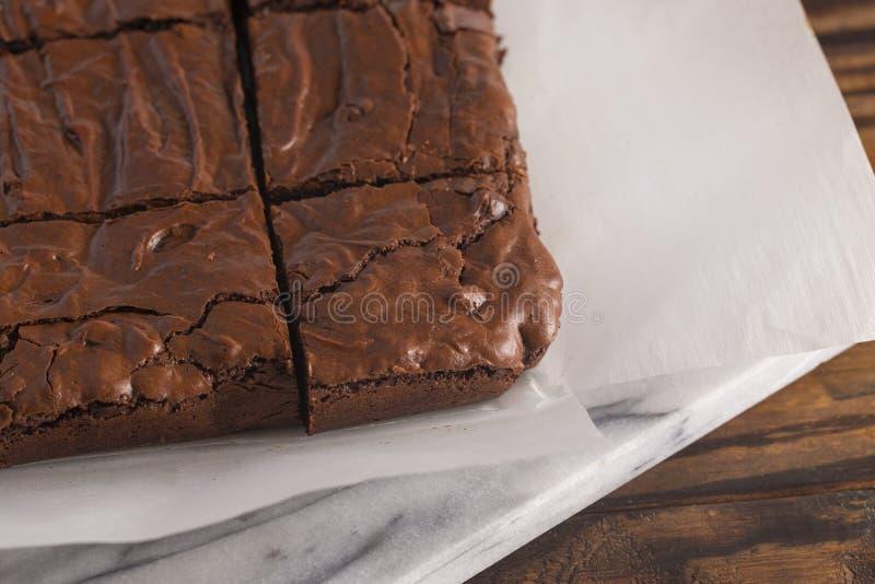 Brownie dobles del chocolate en una tabla de cortar de mármol foto de archivo libre de regalías