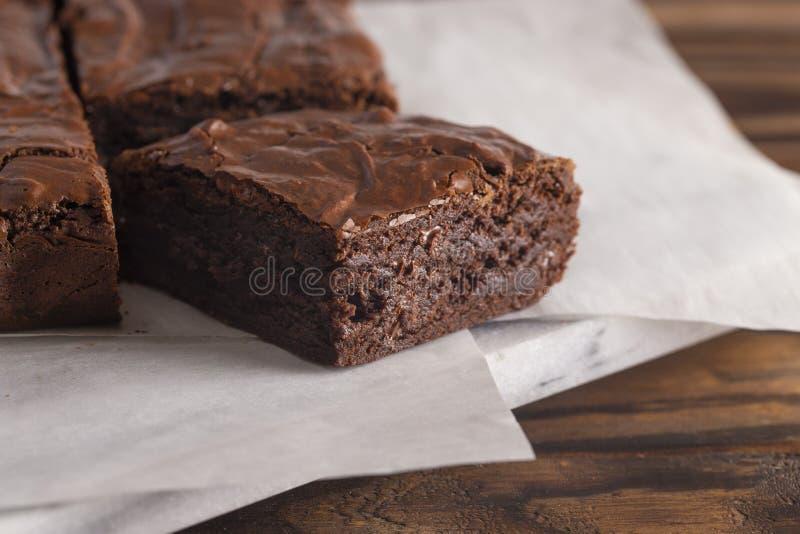 Brownie dobles del chocolate en una tabla de cortar de mármol fotografía de archivo