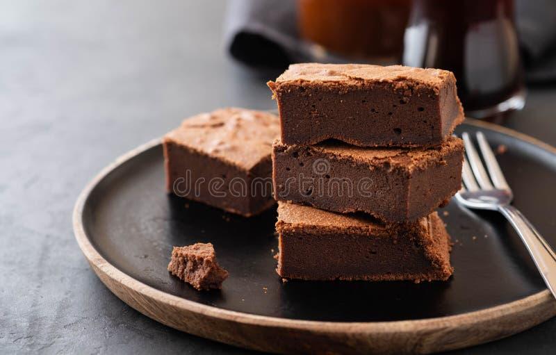 Brownie dobles del chocolate Brownie hechos en casa de la pasta dura de chocolate con los microprocesadores de chocolate y el fon fotografía de archivo