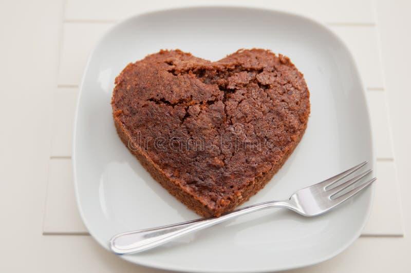 'brownie' en forme de coeur de chocolat photos libres de droits